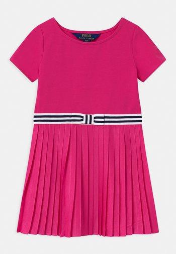 PLEATED DRESSES - Vestito di maglina - accent pink