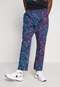 Nike SB - M NK SB PANT AOP - Broek - laser blue/black/laser blue - 0