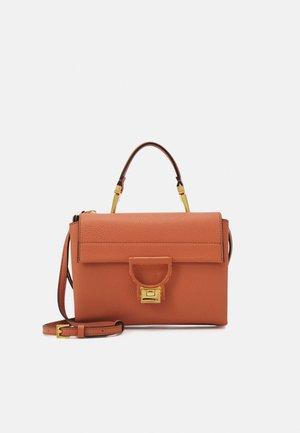 ARLETTIS CUIR CROSSBODY - Handbag - chestnut