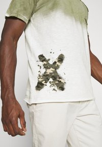 Key Largo - PROJECT ROUND - T-shirt print - khaki - 5