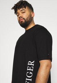 Tommy Hilfiger - SMALL LOGO TEE - Print T-shirt - black - 3