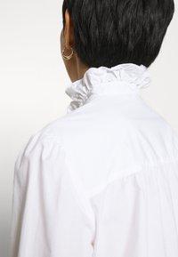 IVY & OAK - RUFFLE BLOUSE - Button-down blouse - bright white - 3