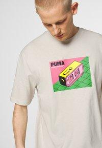 Puma - DOWNTOWN GRAPHIC TEE - Print T-shirt - birch - 3