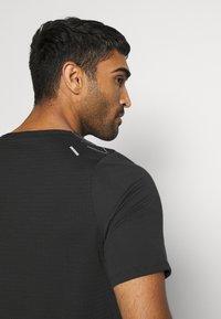 Nike Performance - RUN DIVISION RISE 365 - Print T-shirt - black/reflective silver - 5