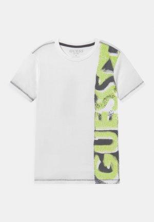 JUNIOR  - T-shirt z nadrukiem - true white