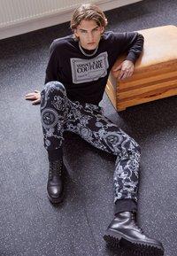 Versace Jeans Couture - BRUSHED PRINT REGALIA BAROQUE - Verryttelyhousut - nero - 2