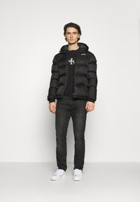 Calvin Klein Jeans - SEASONAL MONOGRAM TEE UNISEX - Print T-shirt - black - 1