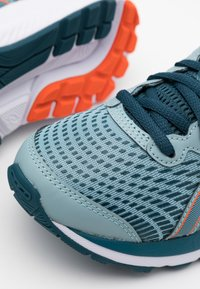 ASICS - GEL-CUMULUS 22 UNISEX - Zapatillas de running neutras - light steel/magnetic blue - 5