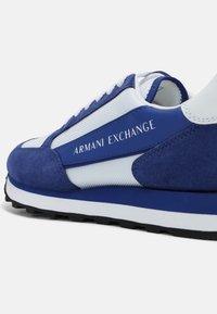Armani Exchange - Sneakers basse - blue/white - 4