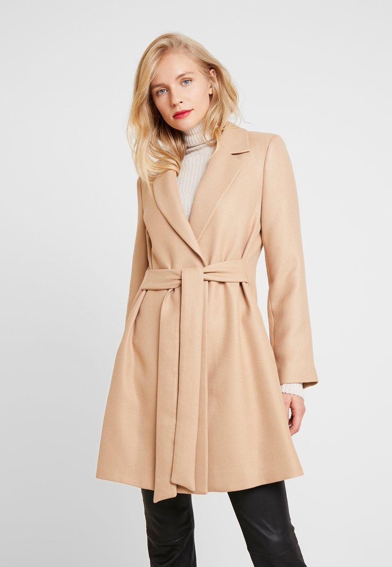 NAF NAF - ACHAMEAU - Krótki płaszcz - camel