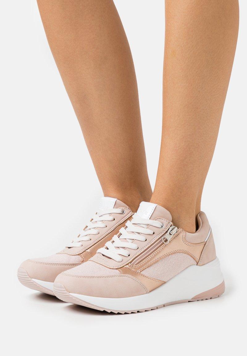 Tata Italia - CAROL - Joggesko - pink