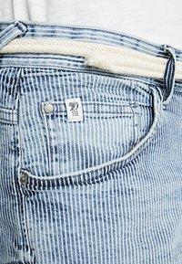 TOM TAILOR DENIM - REGULAR WITH BELT - Denim shorts - blue ecru/white - 5