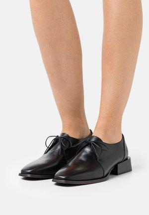 Šněrovací boty - black