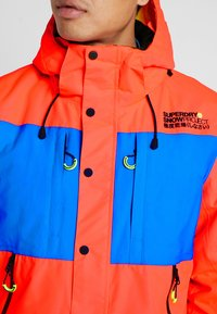 Superdry - MOUNTAIN JACKET - Laskettelutakki - hazard orange/acid cobalt - 5