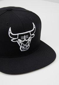 Mitchell & Ness - NBA CHICAGO BULLSBLACK AND WHITE  - Cap - black - 5