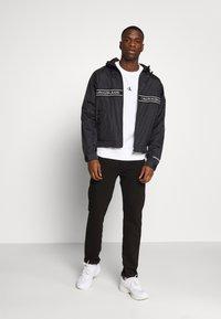 Calvin Klein Jeans - LOGO TAPE JACKET - Veste légère - black - 1