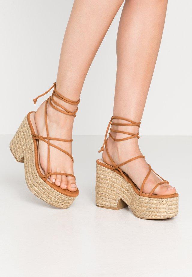 THIN STRAP FLATFORM  - Højhælede sandaletter / Højhælede sandaler - tan