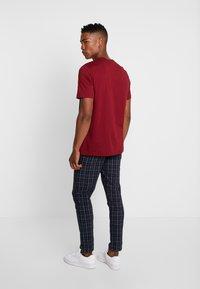 adidas Originals - ADICOLOR ESSENTIAL TEE - T-shirt con stampa - burgundy - 2