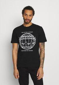 Tommy Hilfiger - ONE PLANET FRONT LOGO TEE UNISEX - T-shirt med print - black - 0