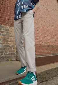 Carhartt WIP - JOHNSON PANT MIDVALE - Pantalones chinos - glaze - 2