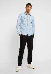 Jack & Jones - JJESHERIDAN SLIM - Skjorta - light blue denim - 1