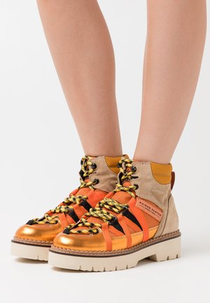 OLIVINE - Botines con plataforma - orange