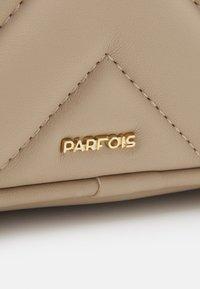 PARFOIS - CROSSBODY BAG LANNISTER - Taška spříčným popruhem - beige - 5