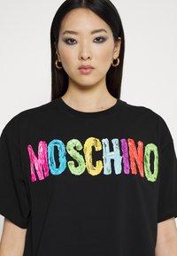 MOSCHINO - T-shirt z nadrukiem - fantasy black - 4