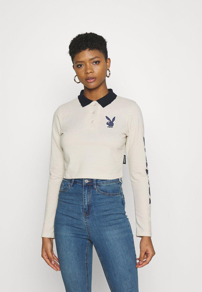 Missguided - PLAYBOY VARSITY CROP - Polo shirt - stone