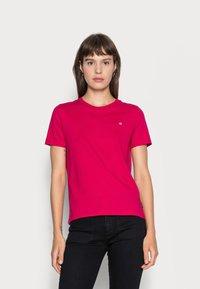 Calvin Klein - SMALL NECK  - Basic T-shirt - red - 0