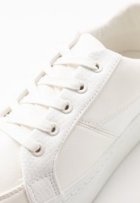 Lost Ink Wide Fit - WIDE FIT FLATFORM LACE UP TRAINER - Matalavartiset tennarit - white - 2