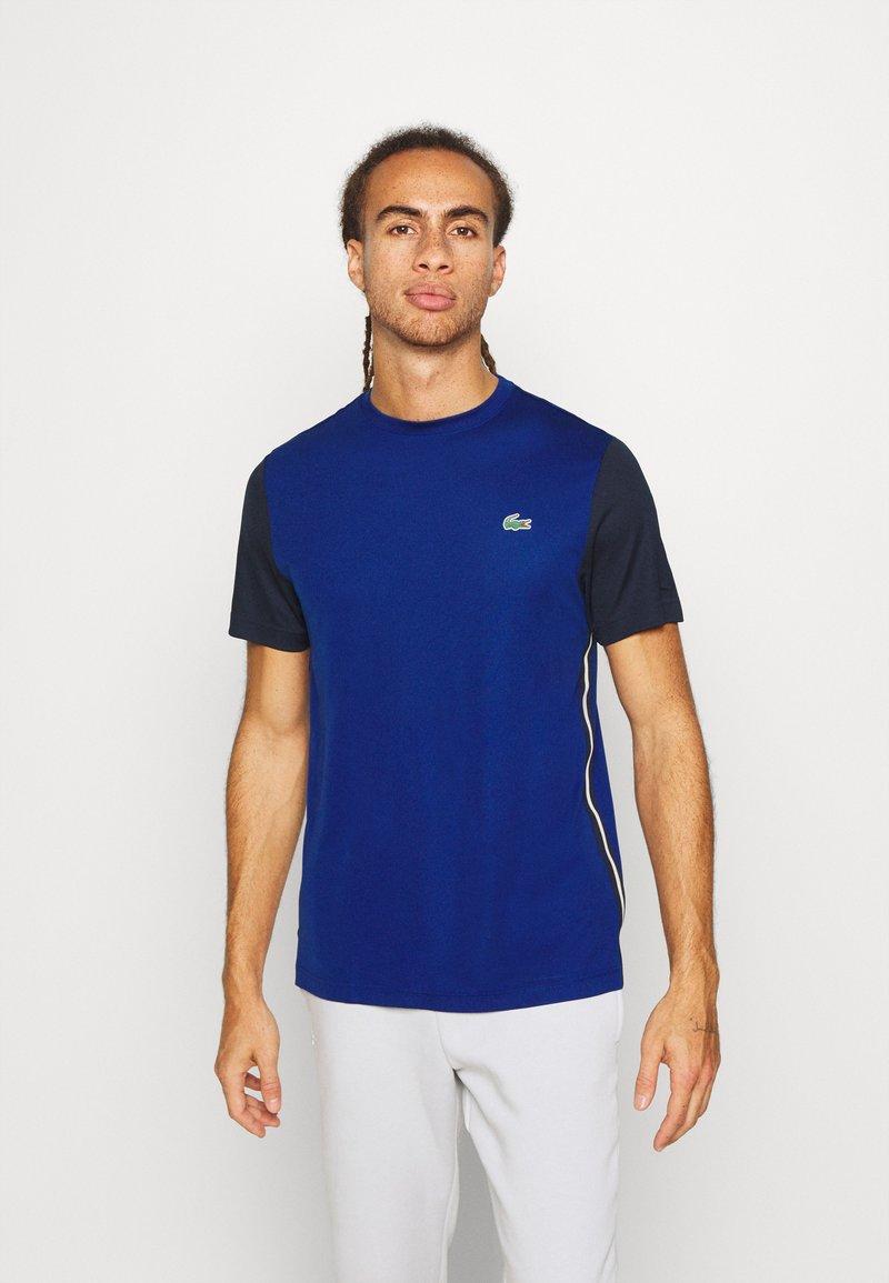 Lacoste Sport - TENNIS - Camiseta estampada - cosmic/navy blue