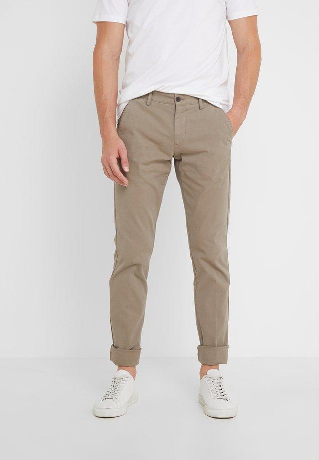 DYE TEXTURE - Spodnie materiałowe - taupe