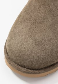 UGG - MINI BAILEY BOW - Botki - euculyptus spray - 2