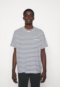 NN07 - KURT - T-shirt imprimé - navy stripe - 0