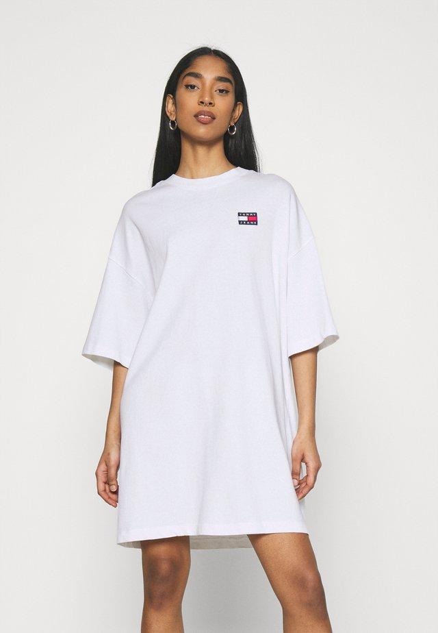 OVERSIZED BADGE TEE DRESS - Korte jurk - white