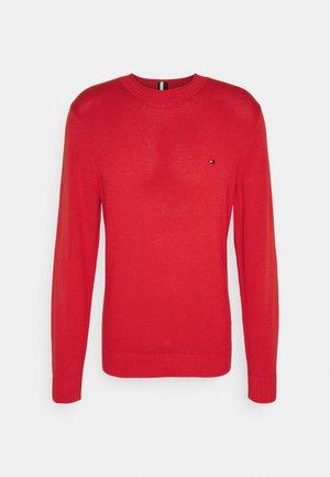 ULTRA LIGHTWEIGHT CREW NECK - Stickad tröja - daring scarlet