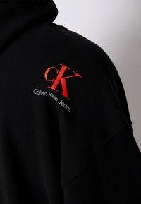 Calvin Klein Jeans - OVERSIZED LARGE BADGE HOODIE UNISEX - Sweatshirt - black - 6