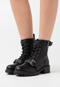 Rubi Shoes by Cotton On - DUA LACE UP BOOT - Nauhalliset nilkkurit - black smooth - 0