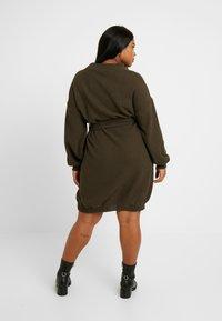 Glamorous Curve - BELTED DRESS - Jumper dress - coffee - 3