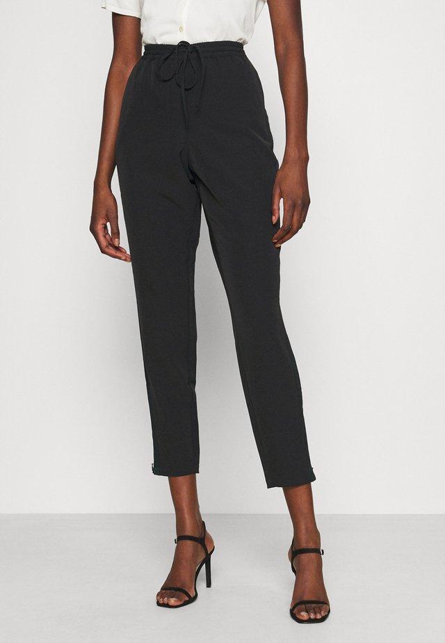 MERCERPANTS - Spodnie materiałowe - black