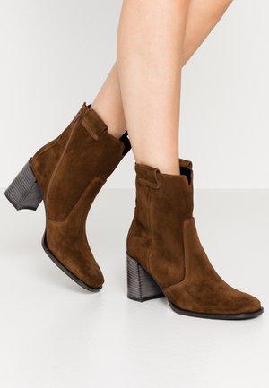 ZOE - Classic ankle boots - castoro
