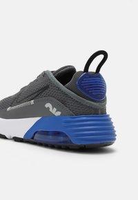 Nike Sportswear - AIR MAX 2090 UNISEX - Sneakers laag - iron grey/black/game royal/white - 4