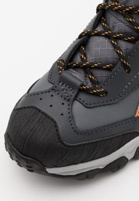 Reebok - RUGGED RUNNER MID UNISEX - Běžecké boty do terénu - cold grey/black/bright orange - 5