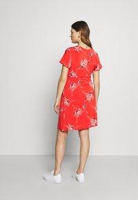 Balloon - NURSING WRAPP DRESS FLOWER PRINT - Denní šaty - red - 2