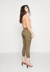Vero Moda Petite - VMHOT SEVEN CARGO PANT - Pantalones cargo - ivy green - 2