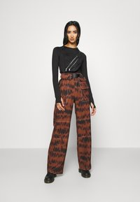 Missguided - PRINTED PARACHUTE TROUSERS - Trousers - brown - 1
