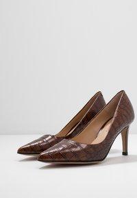 PERLATO - Classic heels - jamaika cognac - 4