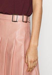 Missguided - PLEATED BUCKLE SKIRT - Mini skirt - rose - 4