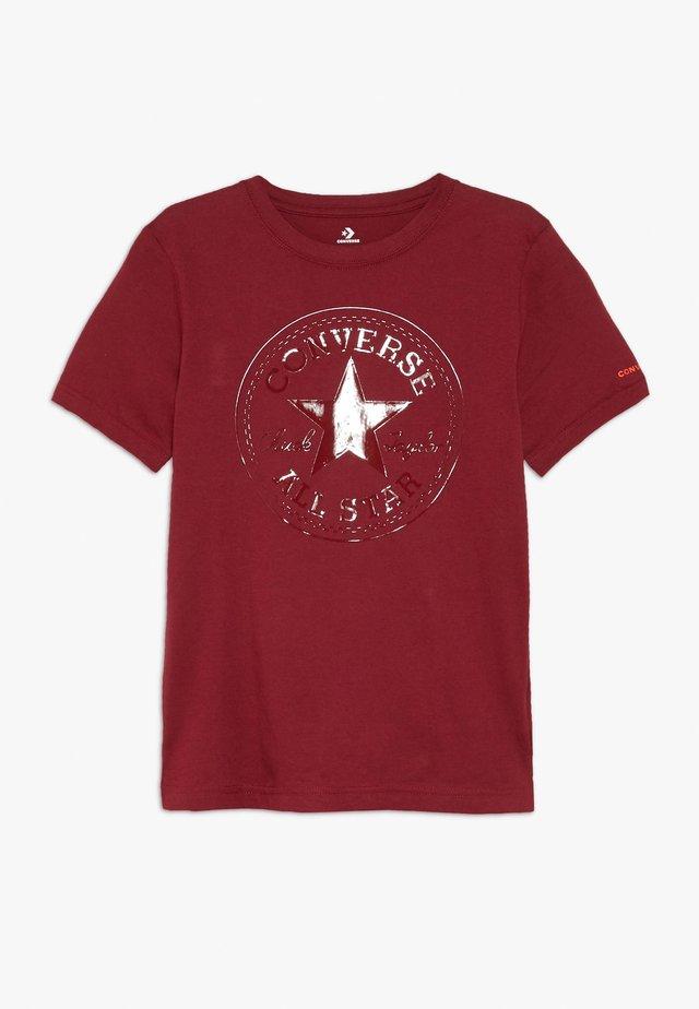 CHUCK PATCH SHINY TEE - T-shirt z nadrukiem - back alley brick